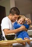 Vati, der Sohn tickling ist. stockfotografie