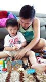 Vati, der Spielwaren mit Kindern spielt Stockfoto