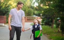 Vati eskortiert zur Schule von seinem Sohn Stockfoto