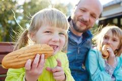 Vati gab uns Hotdoge! Lizenzfreie Stockfotos