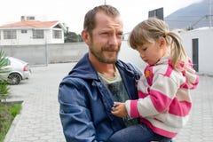 Vati hält eine Tochter in ihren Armen stockbilder