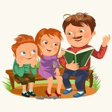 Vati las Buch für Kinder in der Parkholzbank, die Familienkinder, die Märchen, kleinen Jungen lesen und Mädchen hören Vati Stock Abbildung