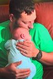 Vati liebt Baby Stockbild
