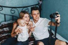 Vati machen Selbstporträt mit Mutter- und Babytochter Stockfoto
