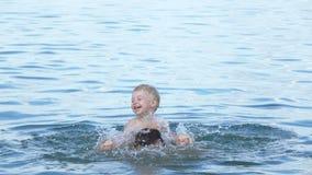 Vati mit Babyschwimmen stock footage