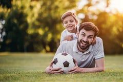 Vati mit dem Sohn, der Baseball spielt lizenzfreies stockbild