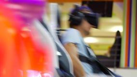 Vati mit der Tochter, die Spaß an VR-Anziehungskraft hat stock footage