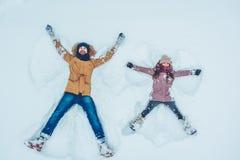 Vati mit der Tochter im Freien im Winter Lizenzfreies Stockbild