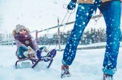 Vati mit der Tochter im Freien im Winter lizenzfreies stockfoto