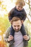 Vati mit kleinem Jungen Lizenzfreie Stockfotografie