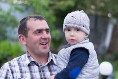 Vati mit seinem kleinen Sohn stockbild
