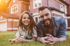 Vati mit Tochter draußen lizenzfreies stockfoto