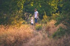 Vati mit Tochter in einer Waldung Lizenzfreie Stockfotografie