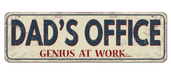 Vati ` s Büro, Genie bei der Arbeit, rostiges Metallschild der Weinlese Stockfotos