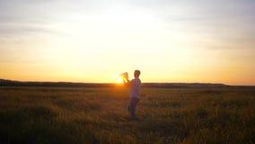 Vati spielt mit Baby, im Hubschrauber, bei Sonnenuntergang Langsame Bewegung stock video