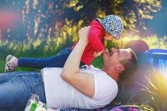 Vati spielt mit seiner Tochter im Park lizenzfreies stockbild