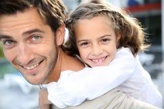 Vati und ihr Lächeln des kleinen Mädchens Lizenzfreies Stockfoto