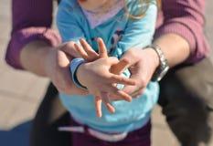 Vati und Kind, die Vögel durch ihre Hände machen Stockfoto