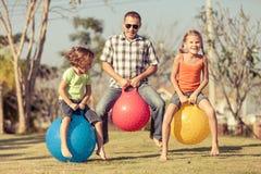 Vati und Kinder, die auf dem Rasen spielen stockfotos