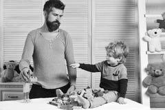 Vati- und Kindergestalt von Blöcken Familie und Kindheitskonzept Stockbilder