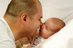 Vati und kleines Baby lizenzfreie stockbilder