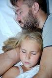 Vati und kleines Mädchen, die zusammen auf Bett schlafen Lizenzfreie Stockbilder