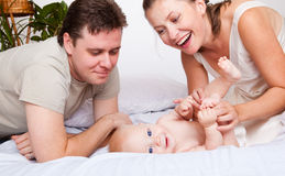 Vati und Mamma, die mit Sohn spielen