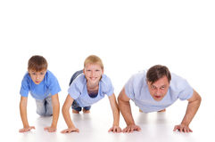 Vati und Söhne, die hochdrücken Lizenzfreie Stockfotos