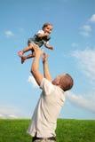 Vati und seine kleine Tochter lizenzfreie stockbilder