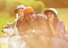 Vati und seine 3 Töchter Lizenzfreie Stockfotografie