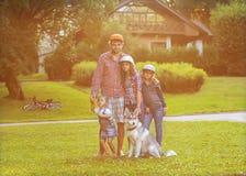 Vati und seine 3 Töchter Stockbild