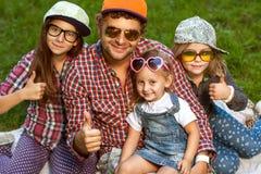 Vati und seine 3 Töchter Stockfotos