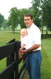 Vati und Sohn auf Bauernhof Lizenzfreies Stockbild