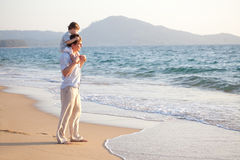 Vati und Sohn auf dem Strand stockbild