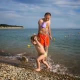 Vati und Sohn auf dem Strand Stockfotografie