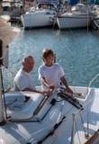 Vati und Sohn auf einer Yacht. Stockfotos