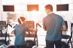 Vati und Sohn in der gleichen Kleidung in der Turnhalle Vater und Sohn führen einen gesunden Lebensstil stockfotografie