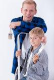 Vati und Sohn, die Haus erneuern stockbilder