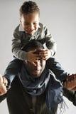 Vati und Sohn, die piggyback spielen Stockfotografie