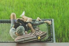 Vati und Sohn entspannen sich auf dem Balkon lizenzfreie stockfotografie