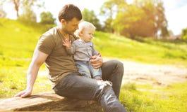 Vati und Sohn am Sommertag stockfotos