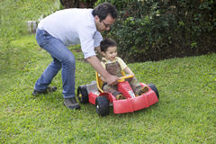 Vati-und Sohn-Spielen lizenzfreie stockfotos