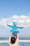 Vati und Tochter, die im Swimmingpool spielen stockfotografie