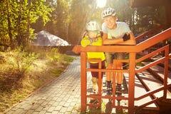 Vati und Tochter in einem Sturzhelm stockfotografie