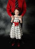 Vati und Tochter gekleidet herauf Holdinghände Lizenzfreie Stockfotografie
