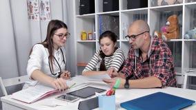 Vati und Tochter kamen, einen Doktor zu sehen Der Doktor macht Empfehlungen behandlung stock video