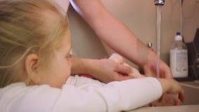 Vati und Tochter waschen die Puppe stock footage