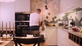 Vati und Tochter waschen die Puppe stock video