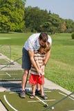 Vati-unterrichtendes Sohn-Golf stockbild