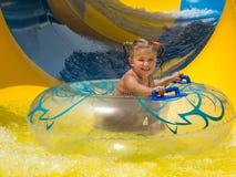 Vati unterrichtet eine kleine Tochter zu schwimmen stockfotos
